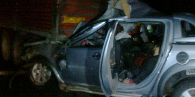 Kamyonet, TIR'a çarptı: 5 ölü