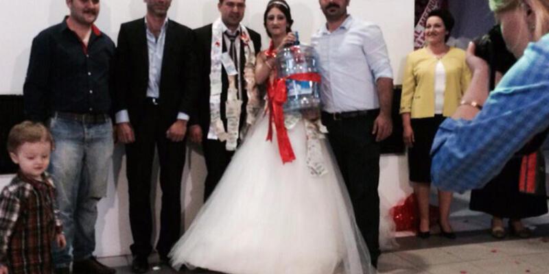 Düğünde geline damacana taktılar