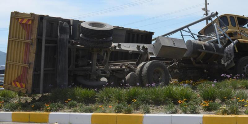 Damperi açılan kamyon Mobese direğini yıktı, faciadan dönüldü