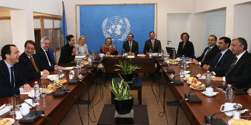 Kıbrıs'ta müzakereler başladı, kapılar aralandı
