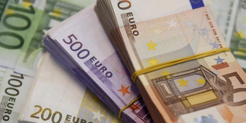 Euro doları düşürdü