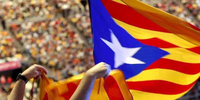 Katalan bayrağına seçim yasağı