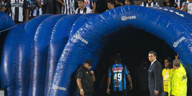 Çıldıran Ronaldinho stadı terk etti!
