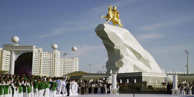 Türkmenistan lideri altından heykelini yaptırdı