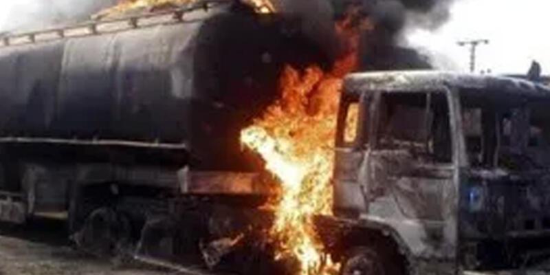 Nijerya'da otobüs durağında petrol tankeri patladı!