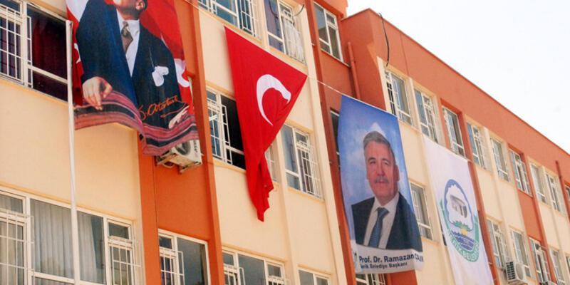 İlkokula belediye başkanının posteri asıldı!