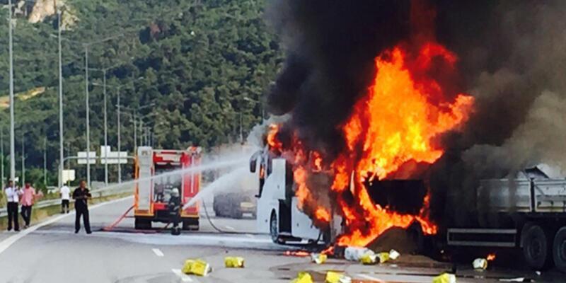 Bursa'da feci kaza: TIR sürücüsü yanarak can verdi