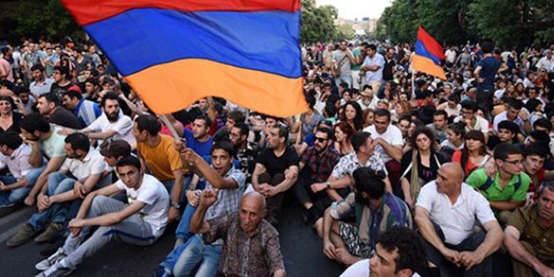 Ermenistan'da halk, Cumhurbaşkanlığı Sarayı'na yürüdü