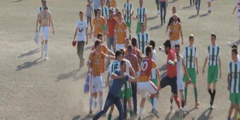 Futbolcular birbirlerine tekme-tokat saldırdı