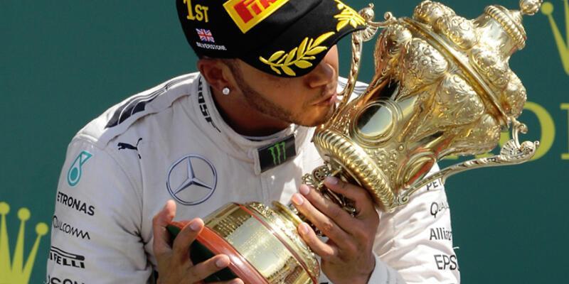 İngiltere'de gülen Lewis Hamilton