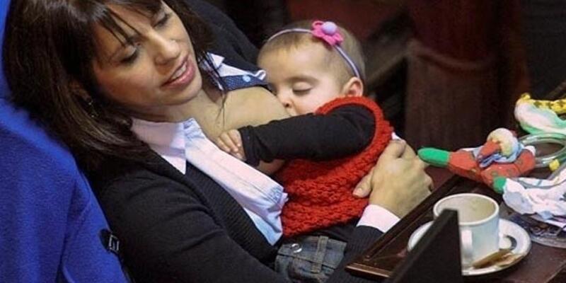 Arjantinli politikacı mecliste bebeğini emzirdi