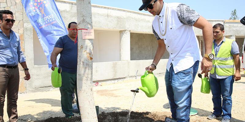 Jamaikalı şarkıcı Sean Paul EXPO alanına ağaç dikti