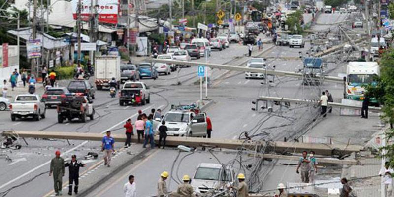 47 elektrik direğini devirdi, trafik felç oldu!