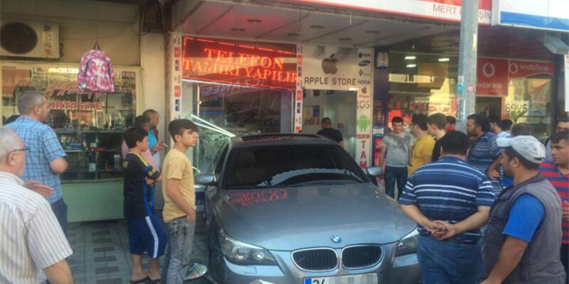 Kızgın müşteri dükkana otomobiliyle girdi