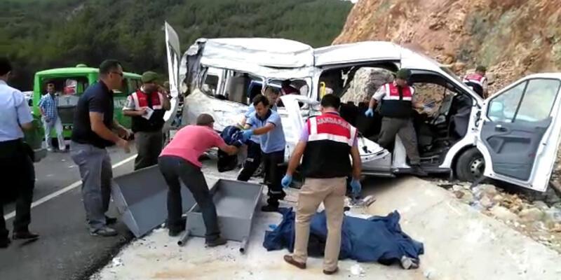 Suriyeli göçmenleri taşıyan araç kaza yaptı: 11 ölü