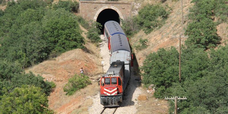 Erzincan'da bir yolcu treninin geçişi sırasında patlama meydana geldi