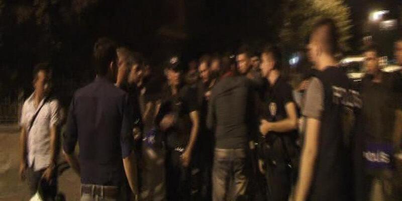 Polise sarılan gence polis müdürü biber gazı sıktı