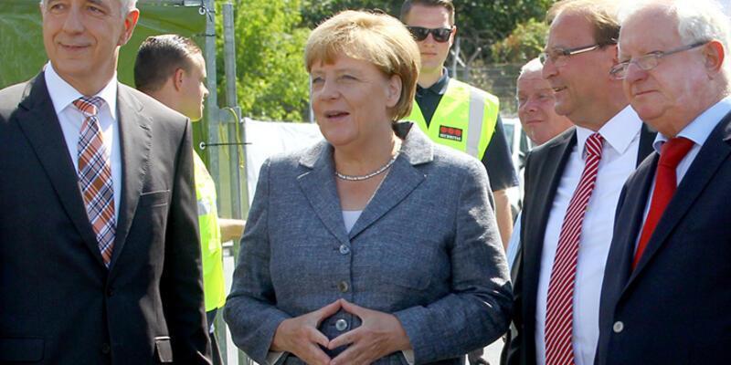 Aşırı sağcılardan Merkel'e protesto