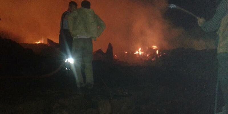 Samanlıkta çıkan yangın bir köyü kül etti