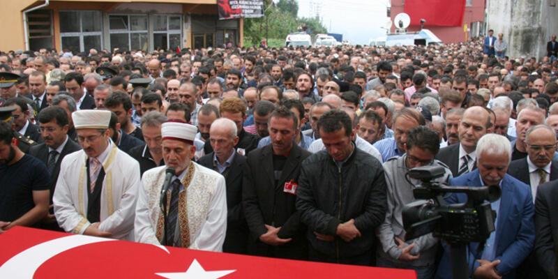 Şehit polisin cenazesinde siyasilere tepki