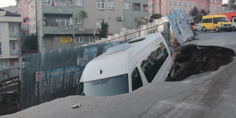 Kağıthane'de yol çöktü, servis minibüsü içine düştü