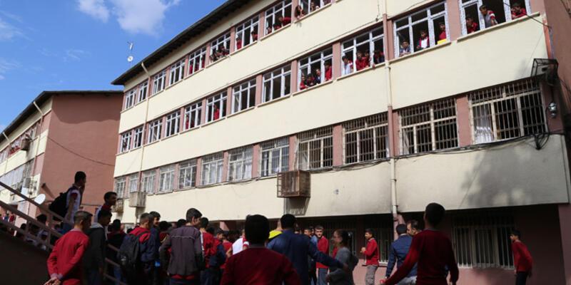 Okul bahçesine el yapımı bomba atıldı