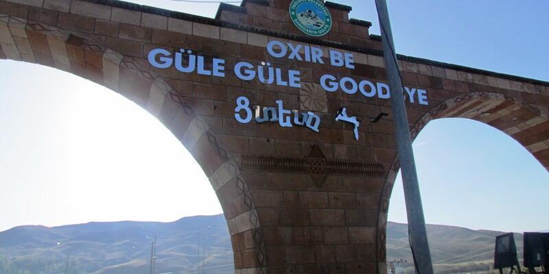 İlçe girişindeki Ermenice yazıyı tahrip ettiler