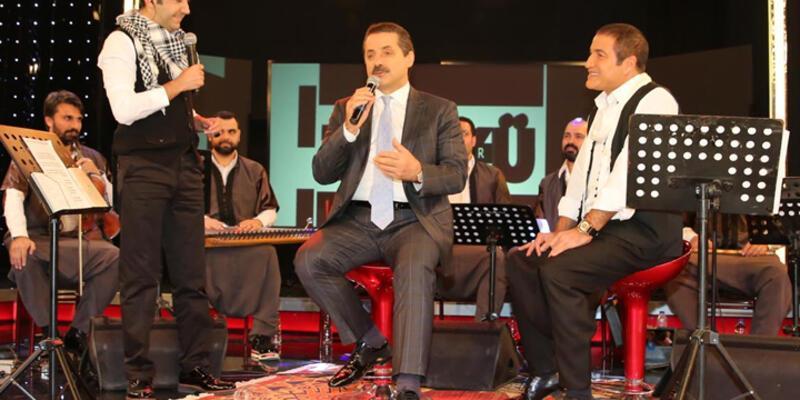 """AK Partili Faruk Çelik, türkü söyledi, """"asgari ücret 1300 lira olacak"""" dedi"""