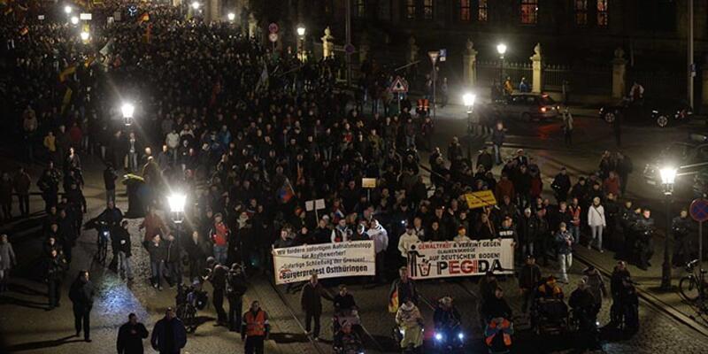 Paris saldırısından sonra Alman aşırı sağcı grup PEGIDA yine sokaklarda