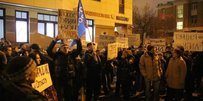 Türkiye'nin Moskova Büyükelçiliği önünde protesto