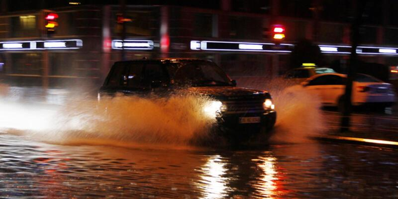 Gece yağan yağmur İstanbul ve İzmir'de etkili oldu