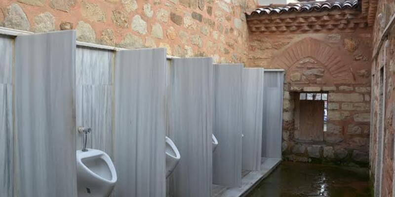 500 yıllık caminin duvarına pisuvar yaptılar