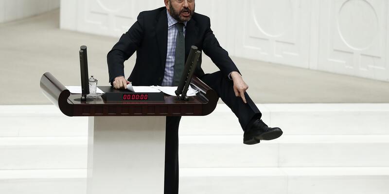 Meclis'te ayakkabısını gösterdi