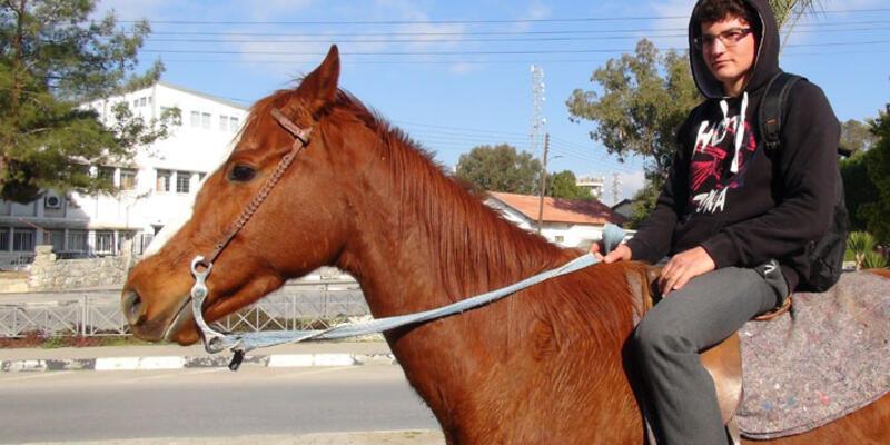 Ulaşım sorunu bıktırdı, okula atla gidip geliyor!
