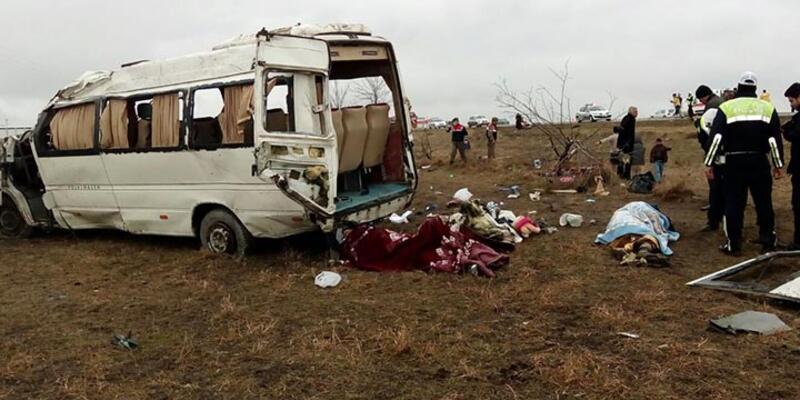 Suriyelileri taşıyan minibüs devrildi: 1 ölü, 26 yaralı