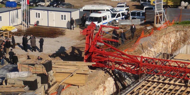 İzmir'de vinç devrildi: 1 işçi hayatını kaybetti
