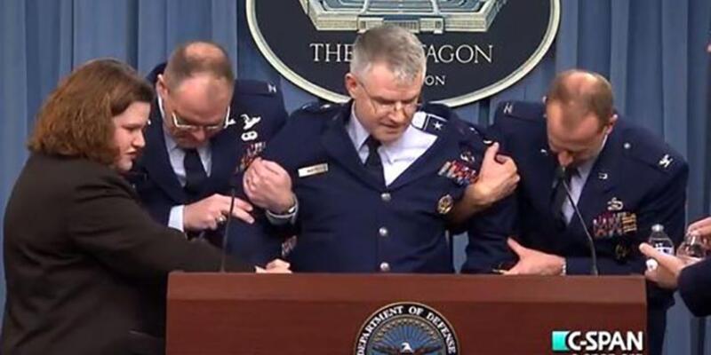 ABD'li general basın açıklaması sırasında bayıldı