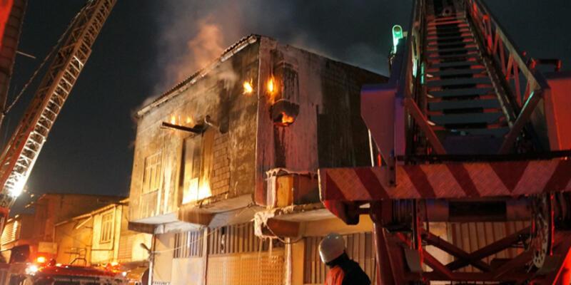 Sultangazi'de imalathane çıkan yangın korkuttu