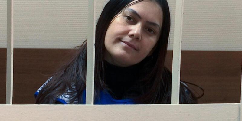 Rusya'da küçük çocuğun başını kesen kadın mahkemede böyle görüntülendi