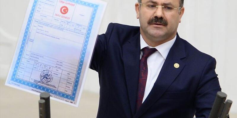 AK Partili vekil Cumhurbaşkanlığı Külliyesi'nin tapusunu gösterdi