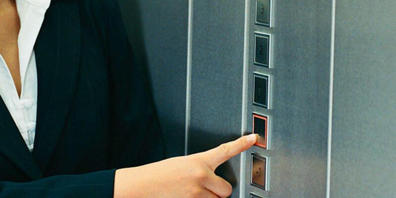 Asansörde mahsur kalan kadın açlıktan öldü
