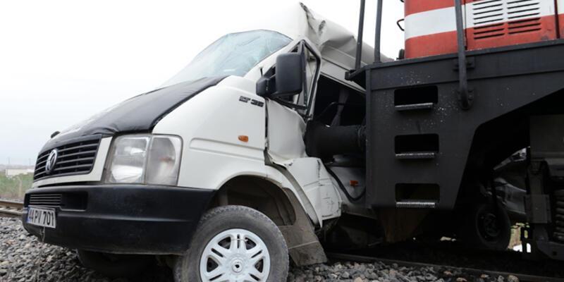Tren öğrenci servisine çarptı: 1 ölü 16 yaralı