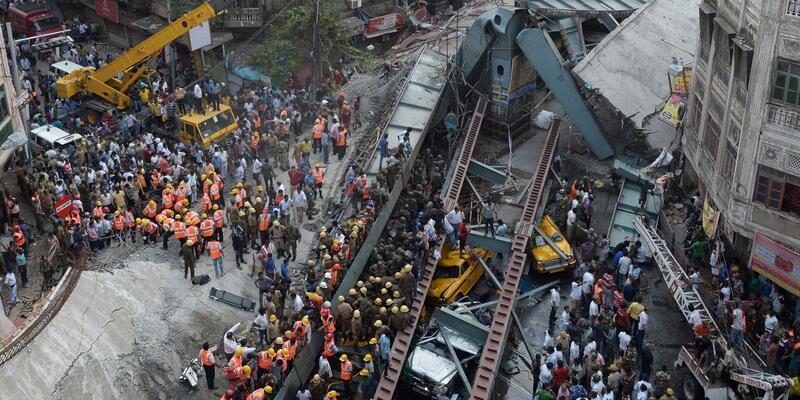 Hindistan'da viyadük çöktü: Onlarca ölü 150 kişi enkaz altında
