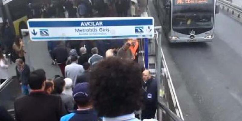 Avcılar'da metrobüs durağındaki patlama kamerada