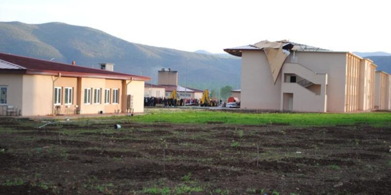 Amasya'da cezaevinin çatısı uçtu: Yaralı mahkumlar var