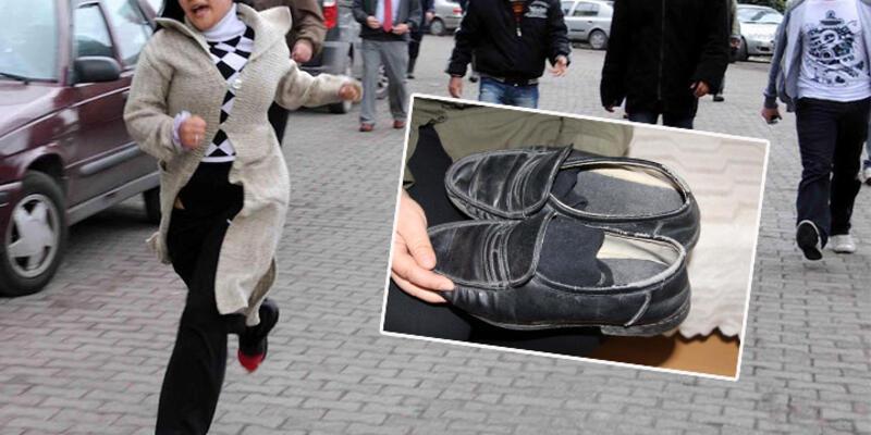 Madende ölen babasının ayakkabılarıyla avunuyor