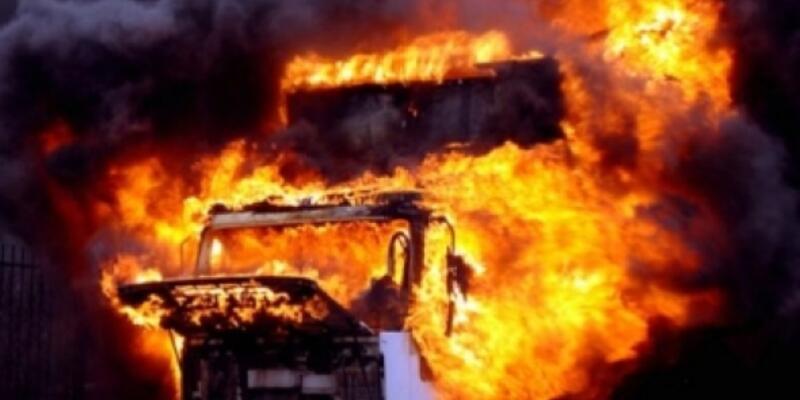 Teröristler 3 kamyon ile 1 kepçeyi yaktı