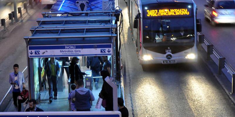 Seyyar satıcıları kovalayan polise metrobüs çarptı