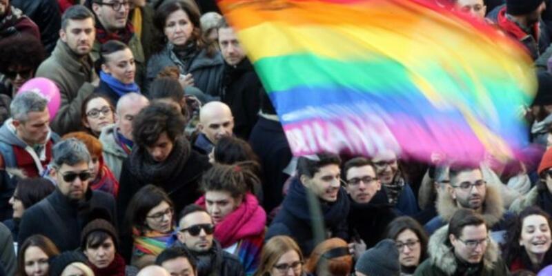 İtalya'da eşcinsel birliktelikleri tanıyan yasa kabul edildi