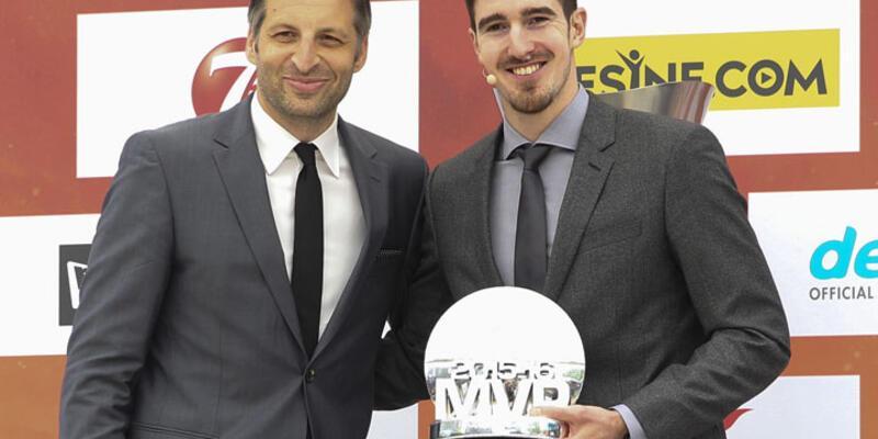 MVP ödülü rekortmen De Colo'ya
